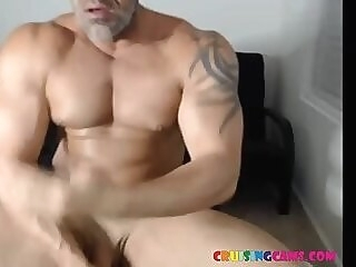 Mr. Olympia bodybuilder jerks off muscle cocks live on Cruisingcams.com jerking bodybuilder bodybuilders